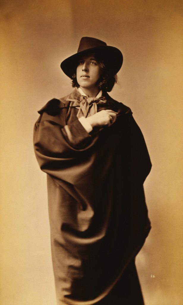 Oscar_Wilde_by_Napoleon_Sarony,_with_hat_and_cape,_1882