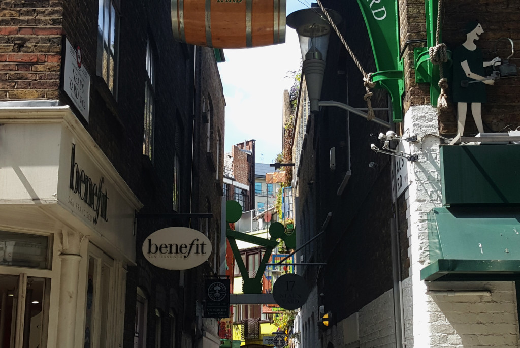 You can enter Neal's Yard either from Monmouth Street or from Shorts Gardens. This little alleyway is the Shorts Gardens' entrance.