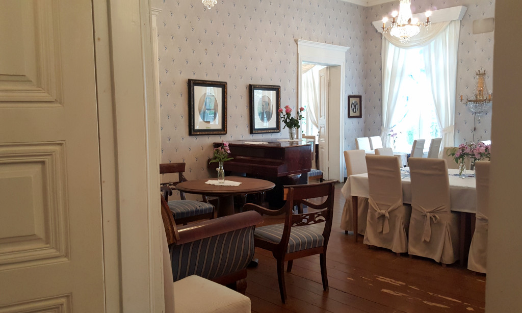 The atmosphere in Kenkävero is elegant and airy, and I spotted two pianos too.