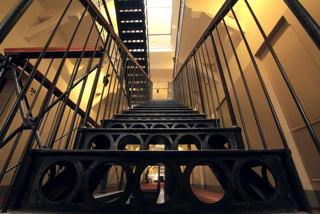 The staircase's structures reminded me of Kilmainham Gaol in Dublin, although the architecture with round shapes, known as 'panopticon', is opposite to Katajanokka's straight lines.