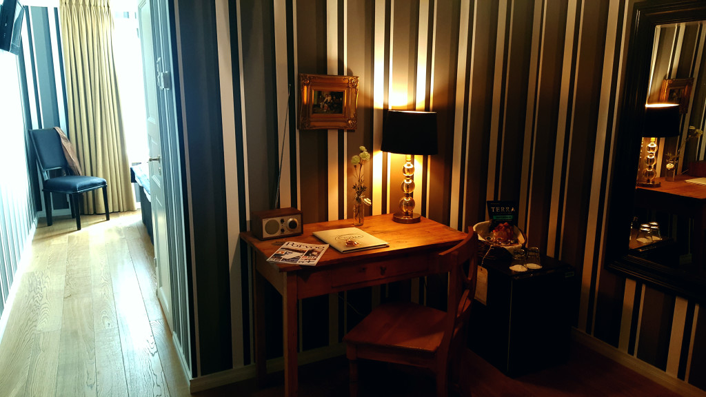 "The sunny bedroom could be completely darkened with the curtains where as the ""writing saloon"" was pleasantly dimly lit even in the glare of the sun outdoors."